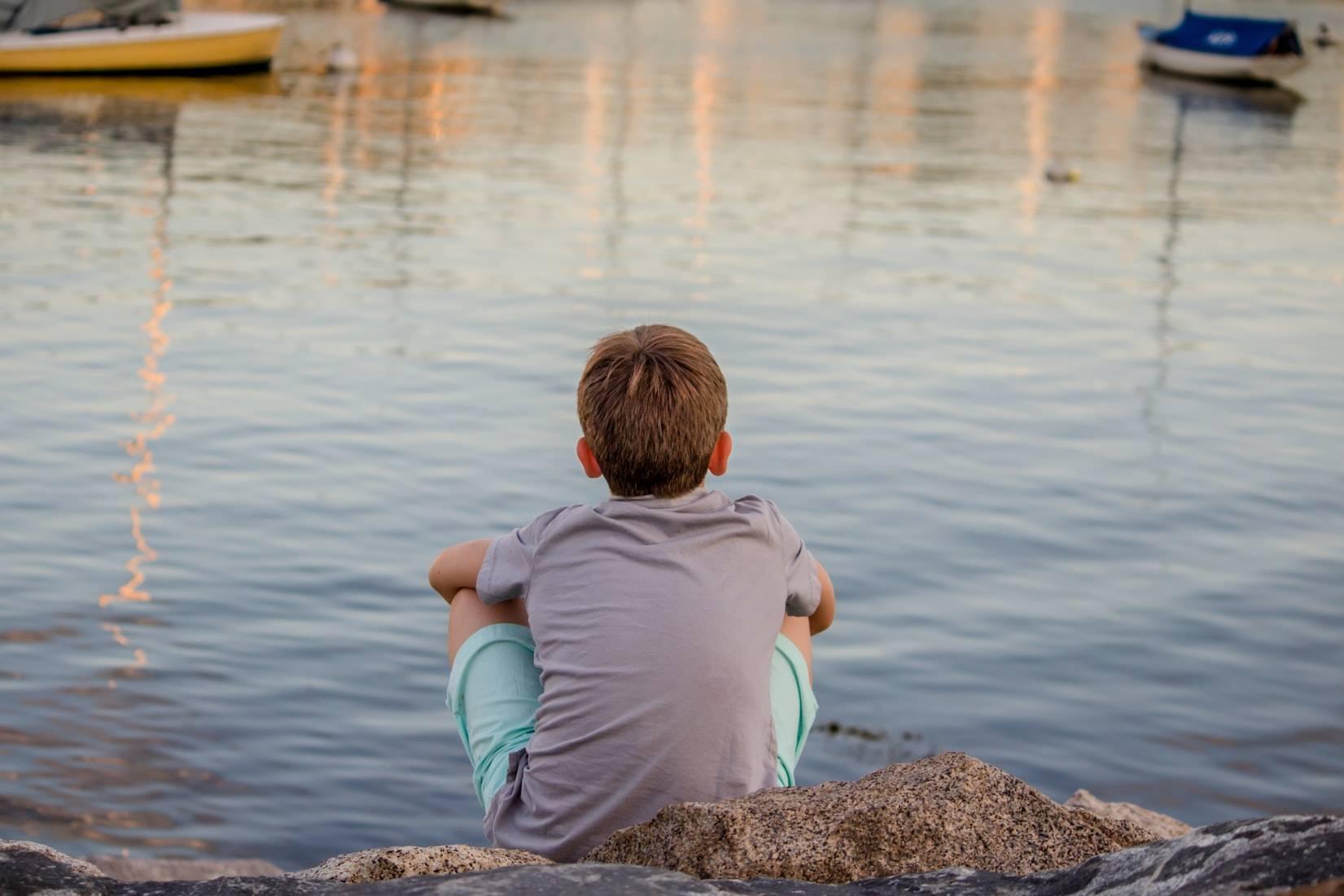 Kid Looking at the Sea   Kids Car Donations
